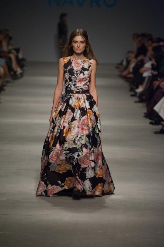cf0d5daf8ba ... воздушном платье в пол с объемными рукавами-крылышками и нежной  вышивкой вы станете настоящей нимфой. Волшебства образу придают принты с  единорогами и ...