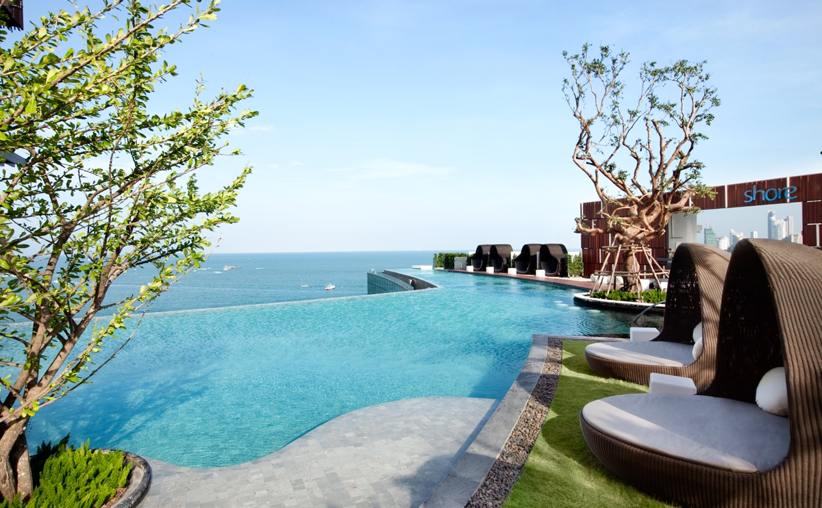 12 роскошных гостиниц с панорамными бассейнами, Four Seasons Hotel Pudong, Alila Ubud, Grace Hotel Santorini, Marina Bay Sands, Grand Hotel Central Barcelona, Cheval Blanc Randheli, Панорамный бассейн, Vine Hotel, ION Adventure Hotel, The Library, Wildflower Hall Shimla, самые красивые отели, Pool party, самые красивые бассейны мира, four seasons hotel pudong shanghai, grace hotel santorini greece, marina bay sands singapore, grand hotel central barcelona barcelona spain, hilton pattaya thailand, vine hotel madeira, ion adventure hotel iceland, mandarin oriental munich munich germany, wildflower hall shimla india