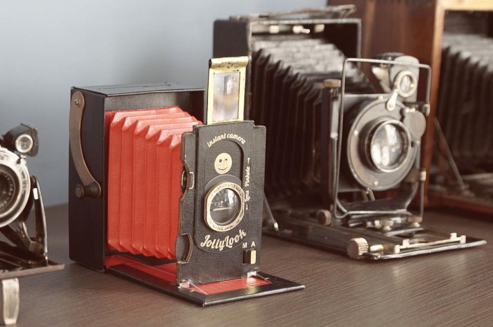 создатель фотоаппарата первого плита состоит двух