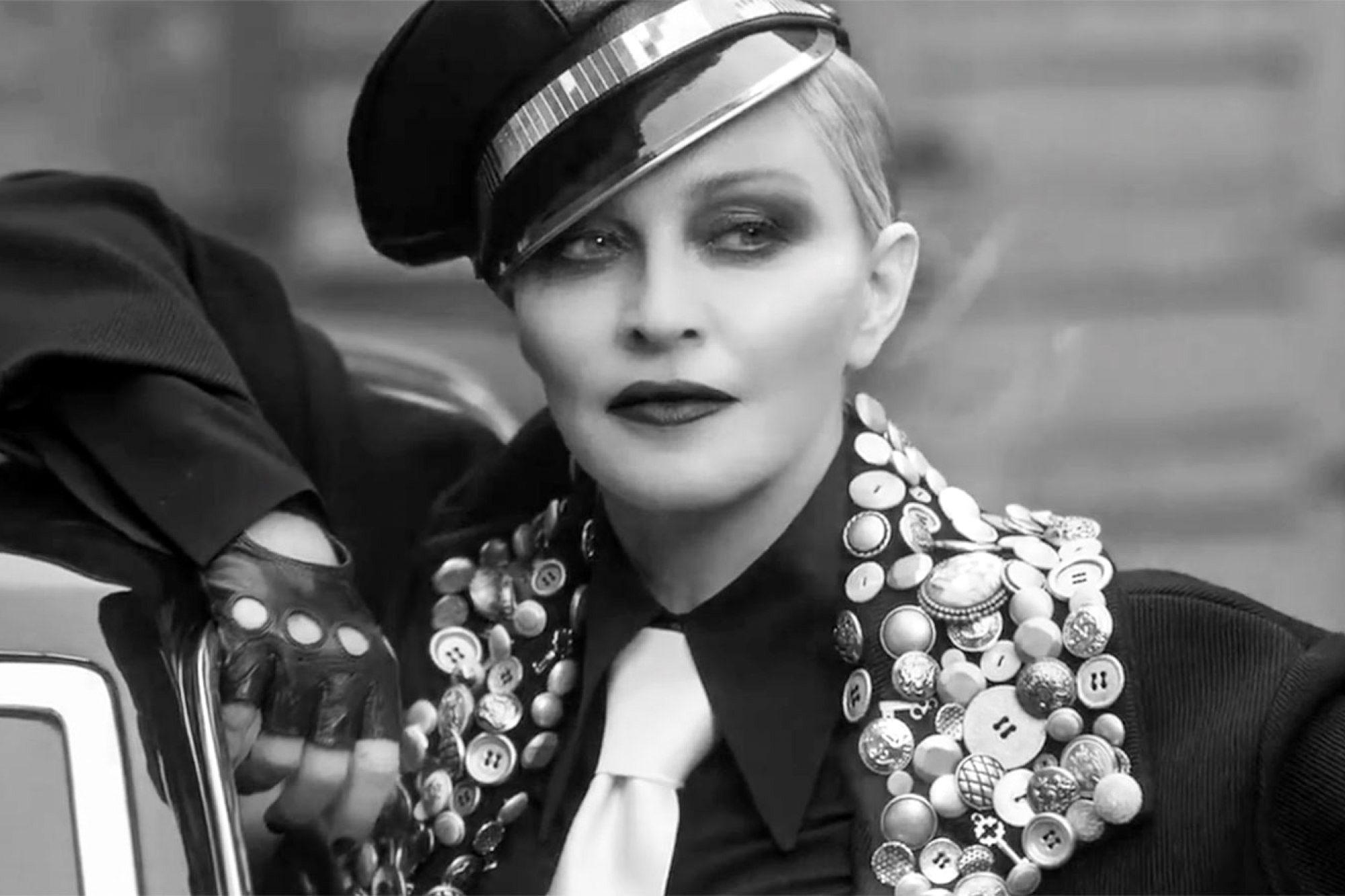 Мадонна возглавила революцию в новом видео